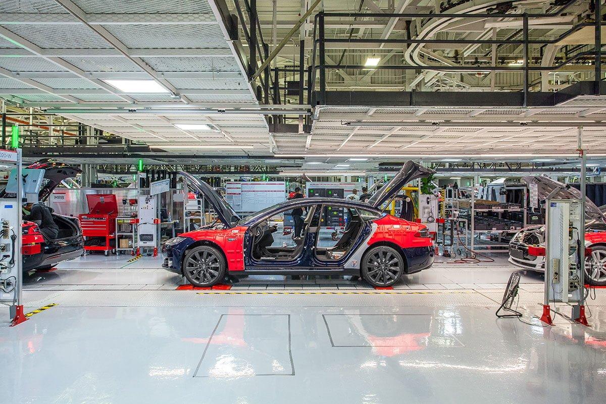 Trots hävd karantän: Kommun sätter stopp för Tesla. Tesla öppnar ändå.